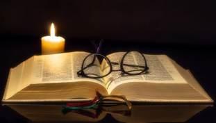 biblia y lupa